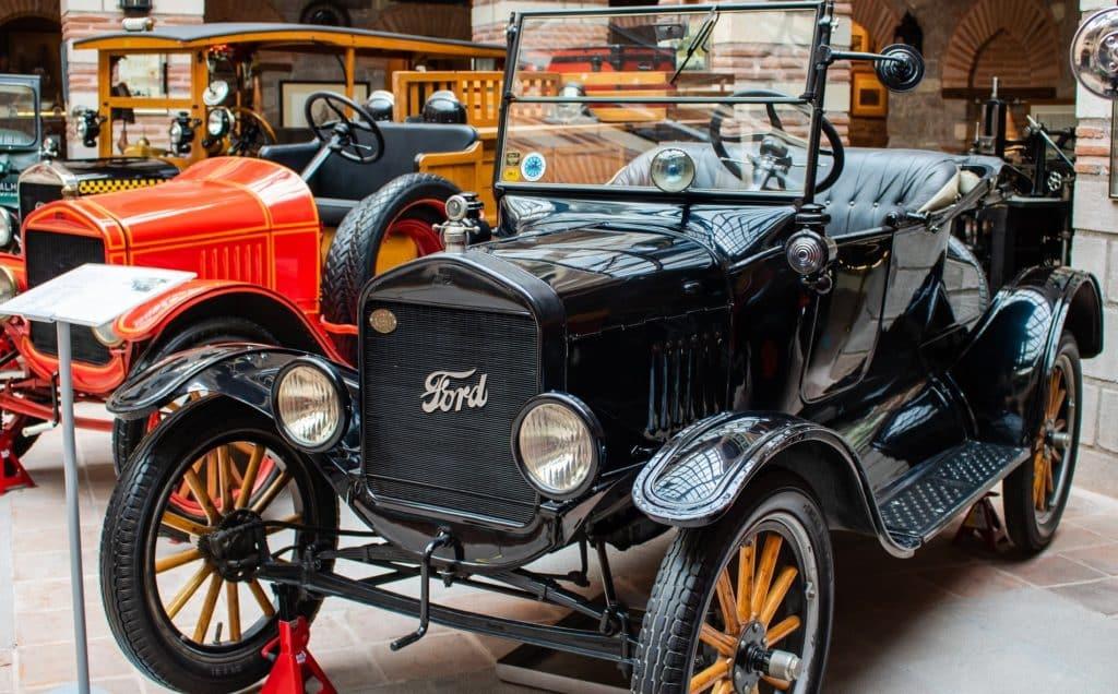 Colección de carros en museo Loc